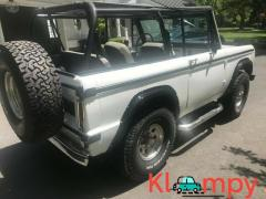 1976 Ford Bronco with black detail